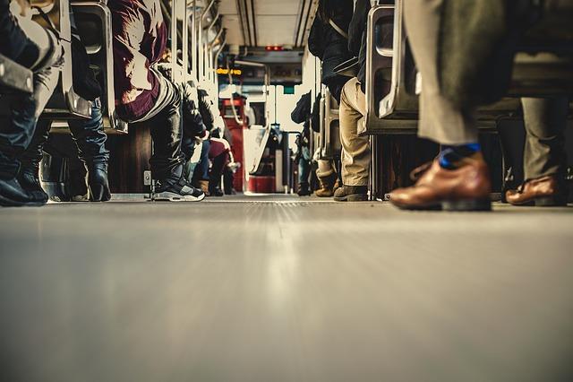 lidé v autobusu