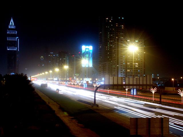 osvětlená silnice ve městě.jpg