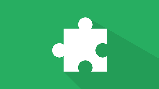 chybějící dílek puzzle na zeleném podkladu