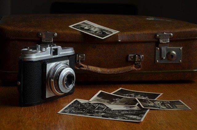 starý fotoaparát s černobílými fotografiemi